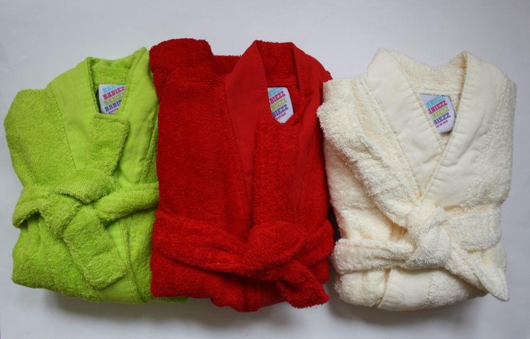 Baby badjas in de kleuren lime green, rood, ecru